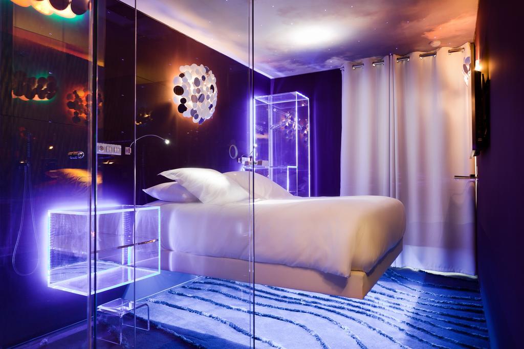 hotel paris privatif seven chambre plafond étoile romantique néon