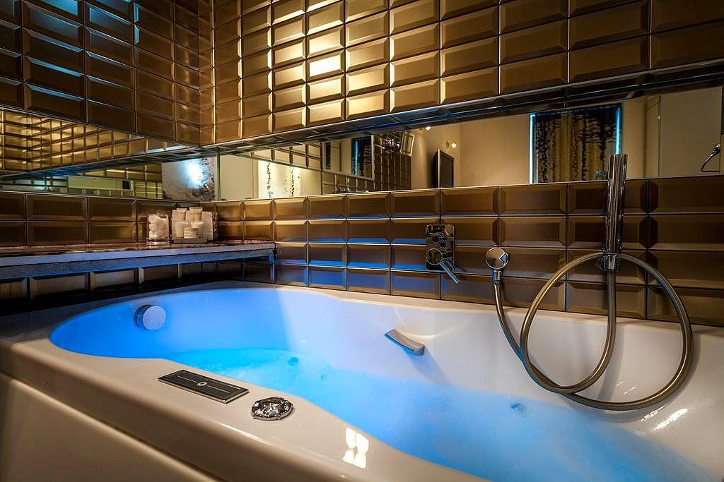 hotel privatif paris apostrophe baignoire jacuzzi dans la chambre